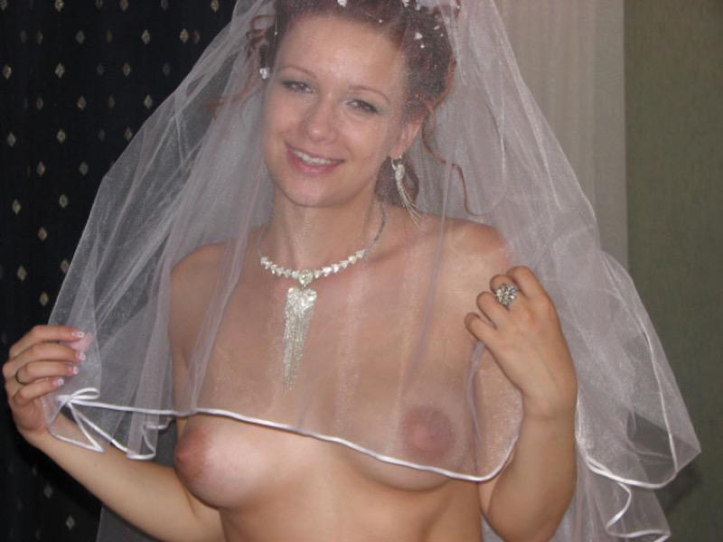 На свадьбе грудь вывалилась